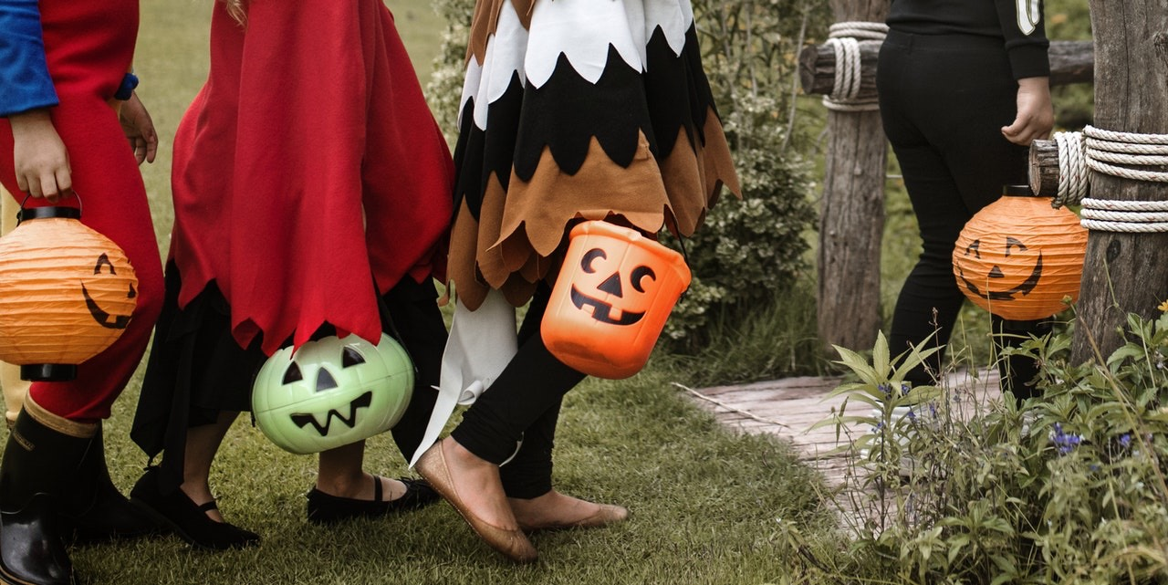 Tips For Keeping Your Yard Safe for Trick or Treaters This Halloween